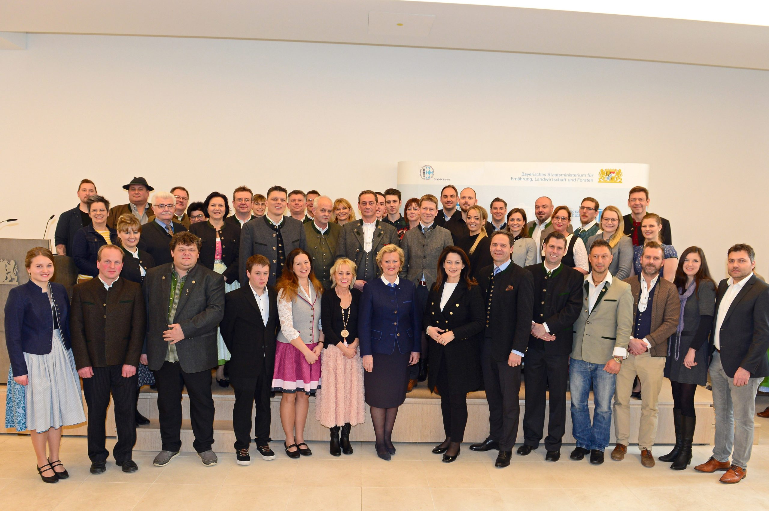 Gruppenbild mit Staatsministerin Kaniber und die Ausgezeichneten, Bayerische Küche